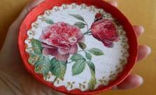 a Cutie rotunda cu trandafiri 01 e