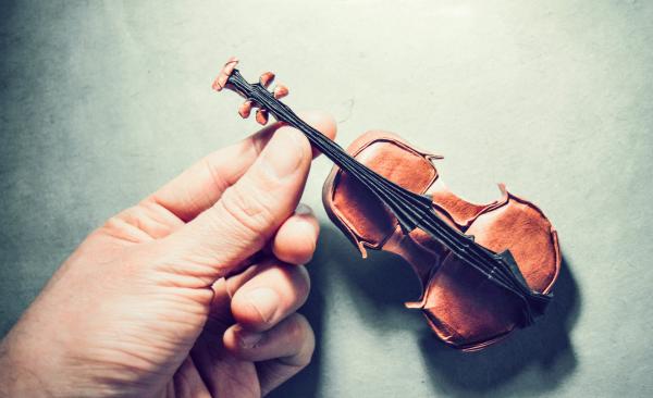 """""""Origami Violin"""" design - Gen Hagiwara, pliat de Gonzalo Garcia Calvo"""