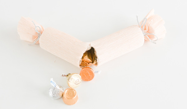 Revista Atelierul - diycandycrackerspoppers-11-1_ruffledblog